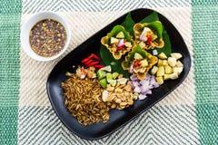 叶子包裹了位规模开胃菜,传统泰国食物。 库存图片