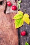 叶子和小苹果在空的切板附近在木土气背景 顶视图 框架 复制空间 感恩日 平面 图库摄影
