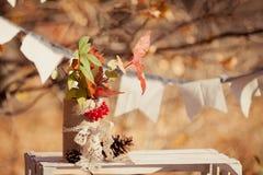 从叶子和锥体的秋天装饰构成 免版税库存照片