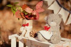 从叶子和锥体的秋天装饰构成 免版税库存图片