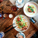 叶子沙拉用烤乳酪,果子点心,热奶咖啡,拿铁 免版税图库摄影