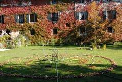 叶子用苹果和咖啡桌圈子在城堡的庭院里在村庄Strassoldo弗留利(意大利) 免版税库存照片