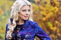 叶子背景的秋天妇女 免版税库存照片