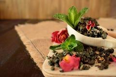 叶子茶,干玫瑰色和新鲜薄荷做的茶 免版税库存照片