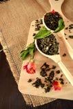 叶子茶,干玫瑰色和新鲜薄荷做的茶 图库摄影