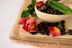 叶子茶,干玫瑰色和新鲜薄荷 免版税库存图片