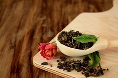 叶子茶,干玫瑰色和新鲜薄荷 免版税库存照片