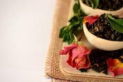 叶子茶,干玫瑰色和新鲜薄荷 库存图片