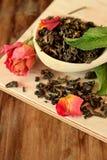 叶子茶,干玫瑰色和新鲜薄荷 免版税图库摄影