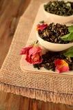 叶子茶,干玫瑰色和新鲜薄荷 库存照片