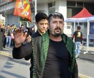 什叶派回教徒人呼喊伊斯兰教的口号阿修罗队伍 图库摄影