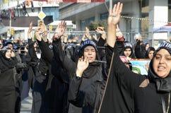 什叶派回教徒妇女呼喊伊斯兰教的口号阿修罗队伍 免版税库存图片