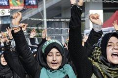 什叶派回教徒妇女呼喊伊斯兰教的口号阿修罗队伍 免版税库存照片