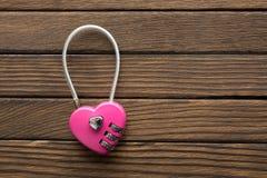 号码锁在木背景的心脏形状 图库摄影