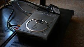 号角-大约2018年4月-对DVD机的照相机平底锅在娱乐中心 影视素材