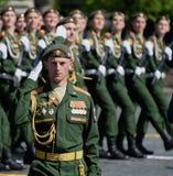 司令员分开的卫兵动力化了步枪旅团,亚历山大Protsenko中校在游行期间的在红场 免版税库存图片