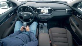 司机与电话,当汽车在自动驾驶仪时去,顶视图一起使用 影视素材