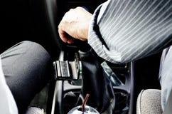 司机为汽车齿轮是传染性的 免版税库存照片