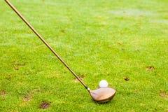 司机俱乐部和高尔夫球 免版税库存图片