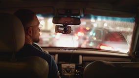 司机后面看法在移动在平衡城市的堵车的汽车的 影视素材