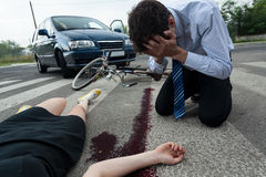 司机和受伤的妇女公路事故场面的 免版税库存图片