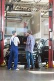 司机和汽车机械师 图库摄影