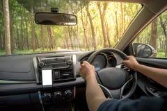 司机在方向盘的` s手在汽车里面 免版税库存照片
