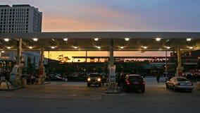 司机填满石油在加油站在芝加哥 库存图片