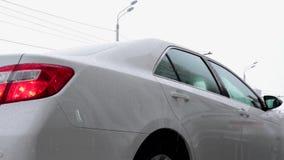 司机开头对年轻可敬的商人的车门 场面 个人司机打开他的客户的车门 影视素材