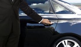 司机手开头车门 免版税图库摄影