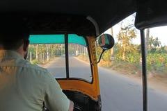 司机是一肥胖tuk在亨比 从乘客边的神色 免版税库存照片