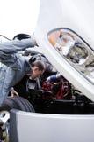 年轻司机检查引擎大白色半卡车打开了敞篷 库存图片