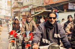 司机的面孔在摩托车的在城市都市印地安人交通堵塞  库存照片