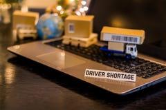 司机短缺-静物画后勤学与膝上型计算机,电话,微型运输的纸盒的企业概念 免版税图库摄影