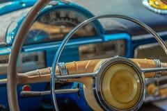 司机驾驶舱和葡萄酒汽车的方向盘 免版税图库摄影