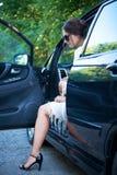 司机` s位子的典雅的女孩与开放的门 免版税库存图片