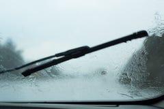 司机POV通过雨珠汽车 库存图片