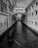 叹气威尼斯意大利长平底船桥梁  免版税库存图片
