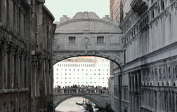 叹气威尼斯桥梁与一艘巨大的游轮的在背景中 免版税图库摄影