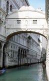 叹气桥梁在威尼斯和一艘长平底船的弓在运河的 免版税库存图片