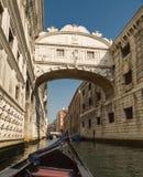 从叹气桥梁长平底船的看法在威尼斯 库存图片