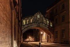 叹气浪漫桥梁在牛津在晚上- 2 免版税库存图片