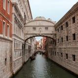 叹气著名桥梁在有长平底船的威尼斯 库存图片