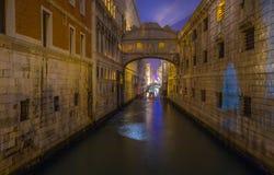 叹气Ponte dei Sospiri桥梁的看法在夜,威尼斯, Venezia,意大利之前 免版税库存照片