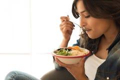 吃一个健康碗的妇女 免版税库存照片