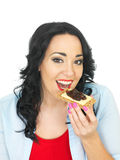 吃一个整粒薄脆饼干用乳酪和腌汁的年轻健康妇女 库存照片