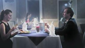 吃一对中年的夫妇晚餐 股票录像
