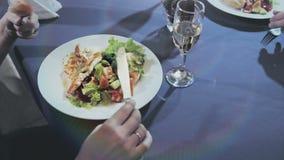吃一对中年的夫妇晚餐 股票视频