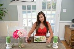 吃一顿新作膳食的美丽的少妇 图库摄影