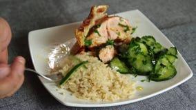 吃三文鱼鱼用米和黄瓜的人们 影视素材